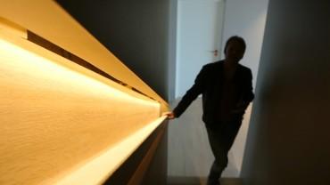 Trappen går gjennom hele huset og er lyssatt med lineært LED-lys