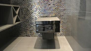 Et svart toalett i første etasje