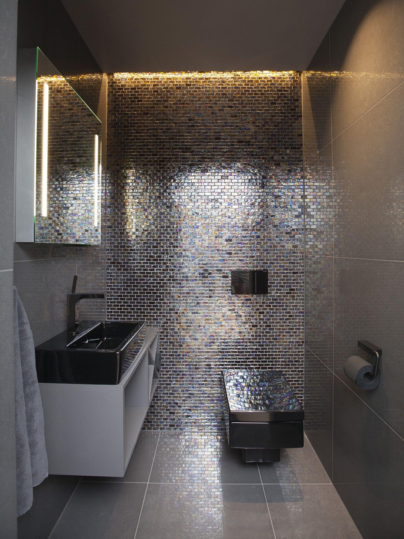 Mørke fliser og møbler ga et spesielt toalett i første etasje