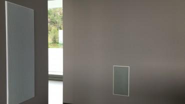 Sub og høyttalere er bygget inn i vegger og tak