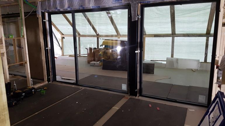 Glassfasaden i kjelleren er på plass i Hemsedal